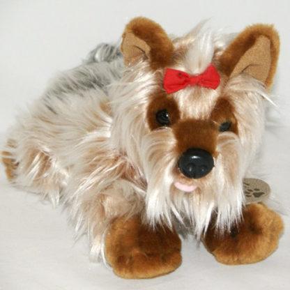 Édes yorkshire terrier plüsskutyus piros masnival a buksiján.