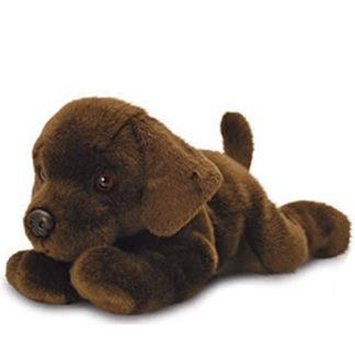 Csoki a barna színű plüss labrador fekve pihen.